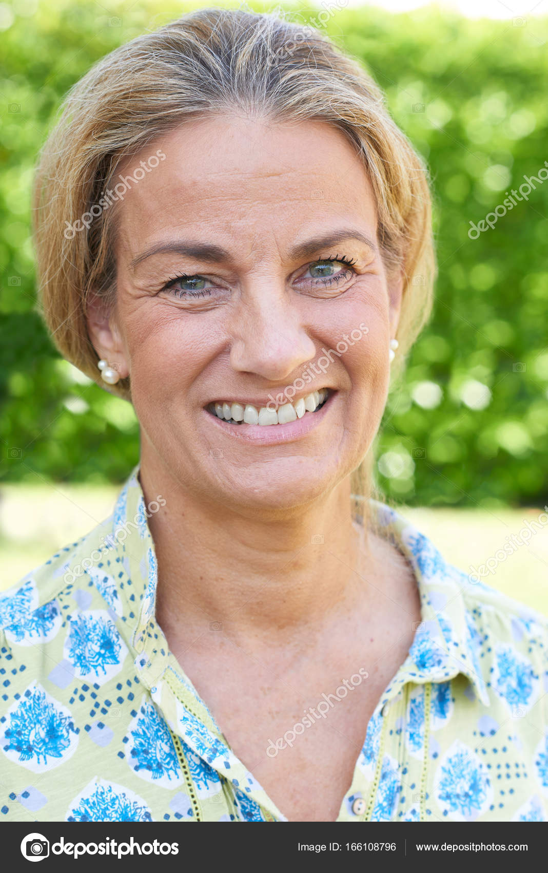 outdoor head and shoulders portrait of mature woman — stock photo