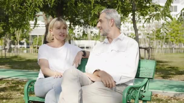 Kavkazská rodina pár Starší muži a ženy sedí a mluví Happy na zahradě v létě. Prázdnin Společně žijících v důchodu. Stará zdravotní péče. mezinárodní den rodin