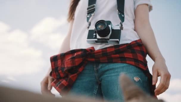 Női turista, klasszikus kamerával. Lov szög nincs arclövés
