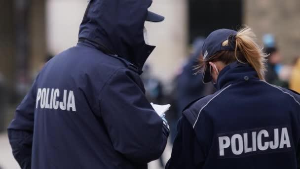 Varšava, Polsko 04.15.2020 - Protest podnikatelů, Mnoho policistů na ulicích kvůli protestům ve Varšavě s fasádními pracemi v době zákazu vycházení