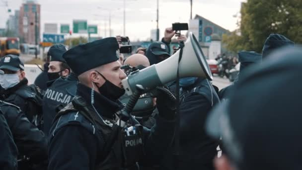 Warschau, Polen 16.05.2020. - Protest der Unternehmer. Die Polizei bei den Demonstrationen. Polizist spricht im Lautsprecher