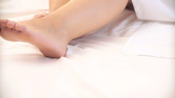 ženské nohy na postel