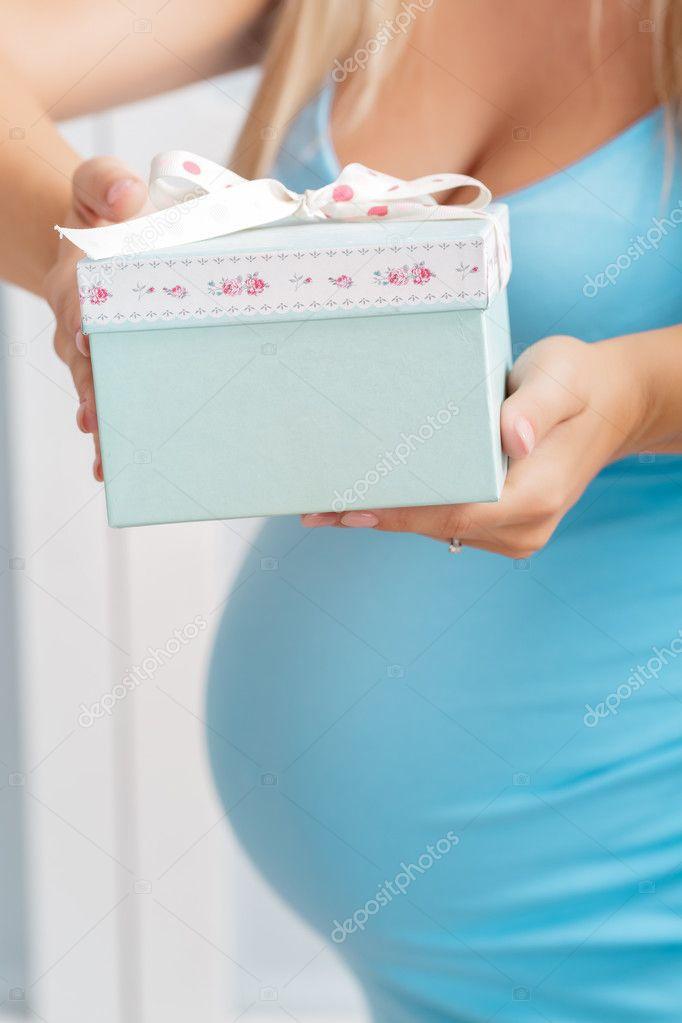 Zwangere Vrouw Houden Doos Met Cadeau Close Up Stockfoto