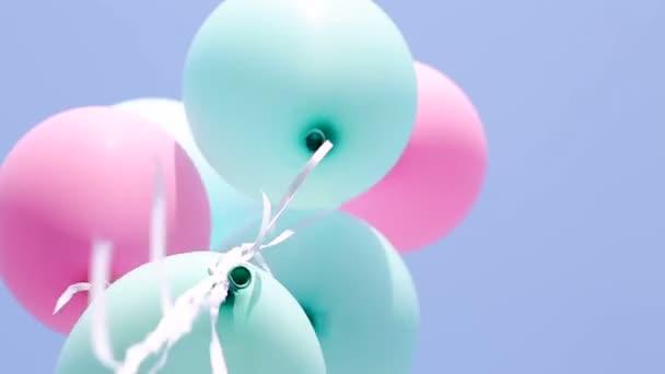 Luftballons auf blauem Himmel Hintergrund