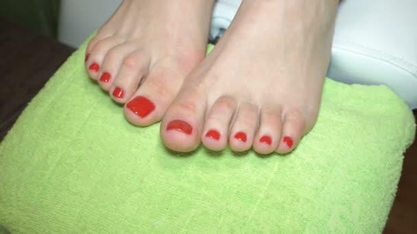 ženské nohy s Červený lak na nehty