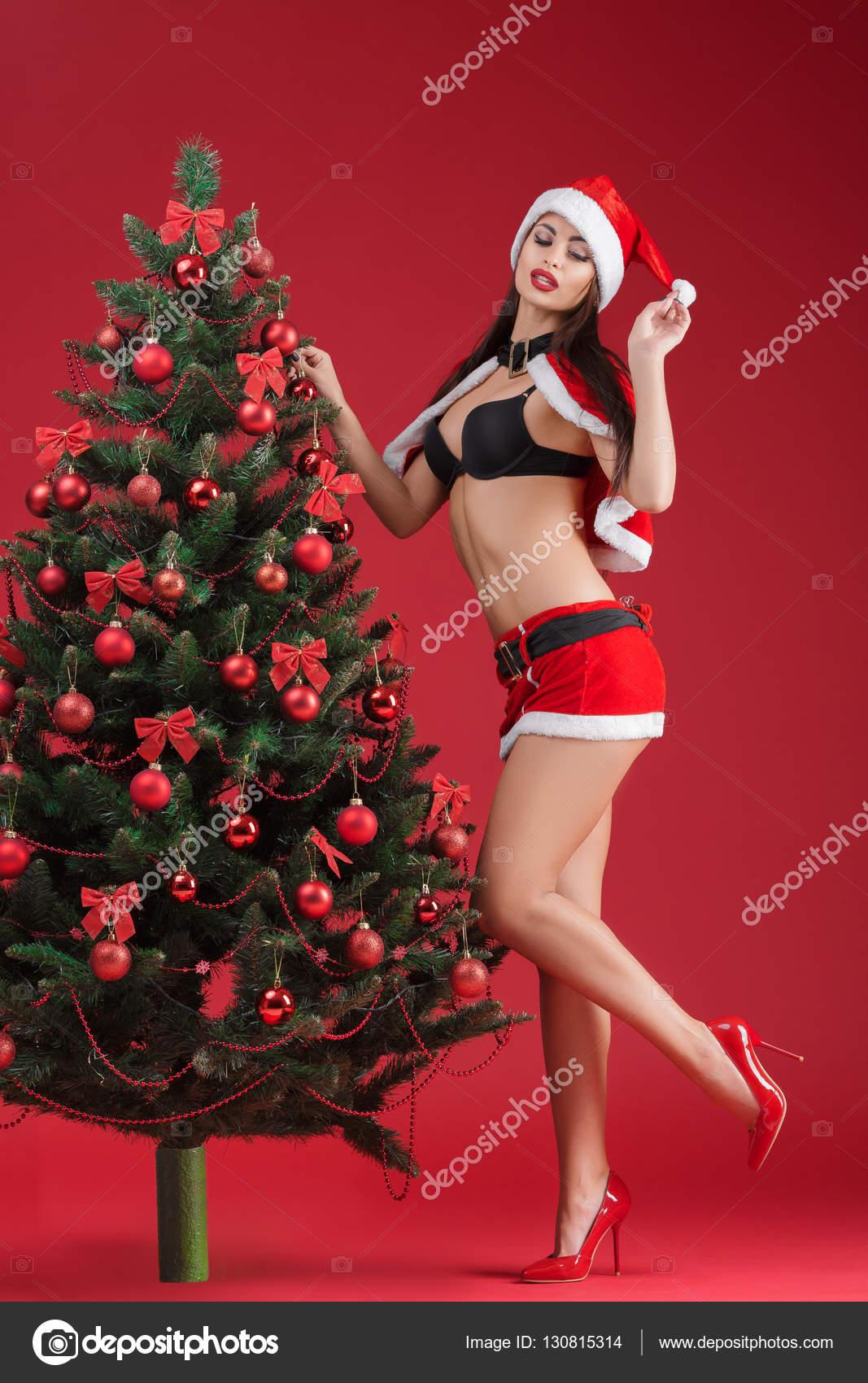 Foto Di Natale Con Donne.Donne In Vestiti Del Babbo Natale Vicino All Albero Di