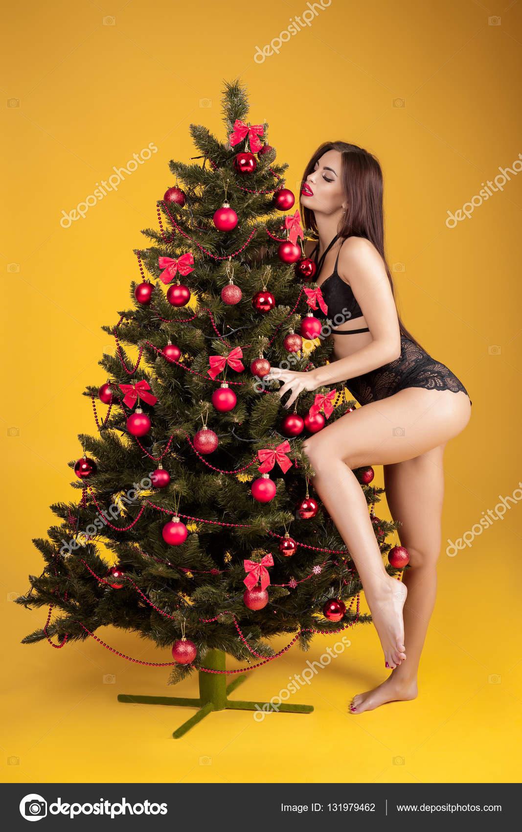 010c7f406fac Mujer sexy en ropa interior junto a un árbol de Navidad — Fotos de Stock