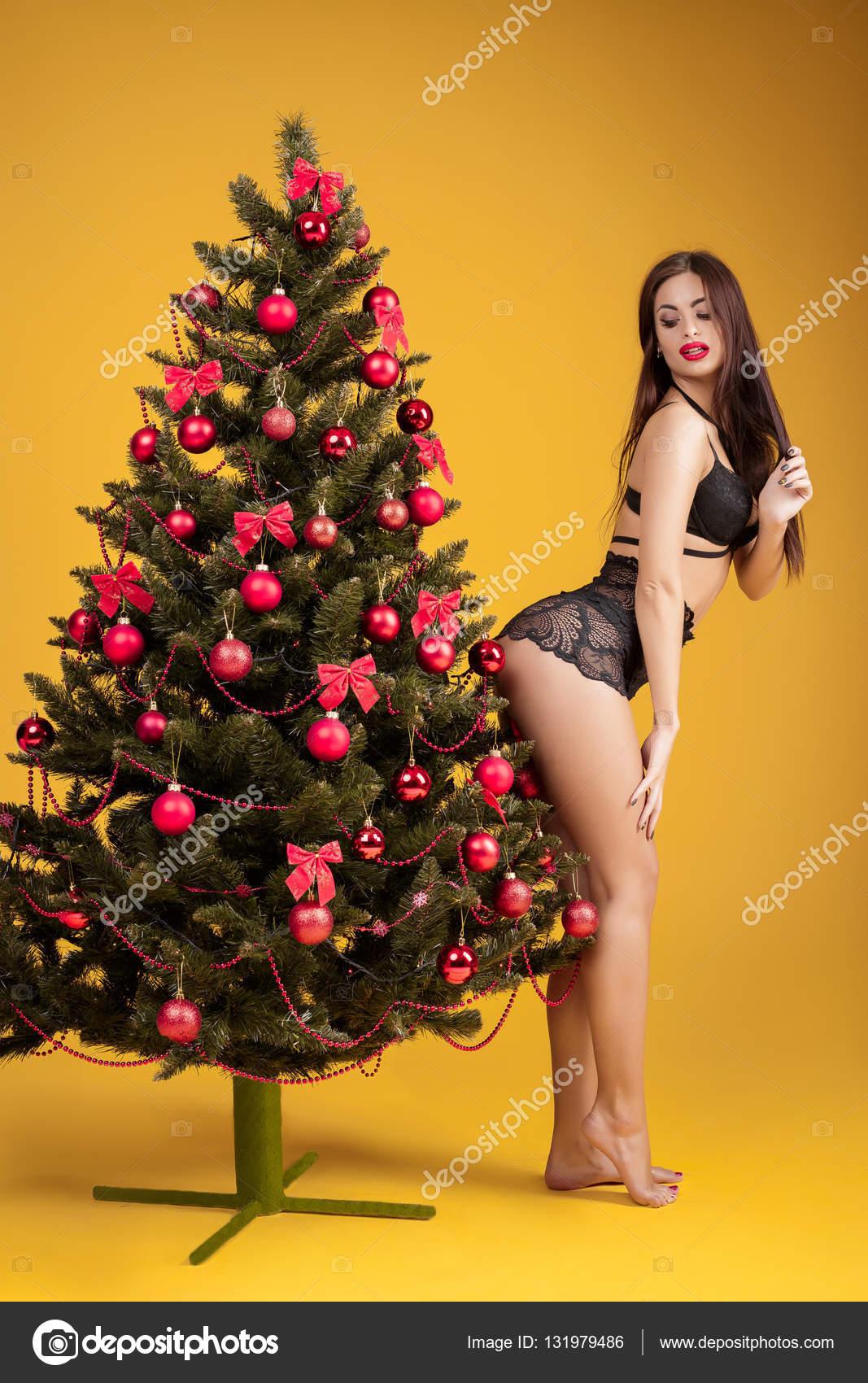 2900cb4f3e51 Mujer sexy en ropa interior junto a un árbol de Navidad — Foto de Stock