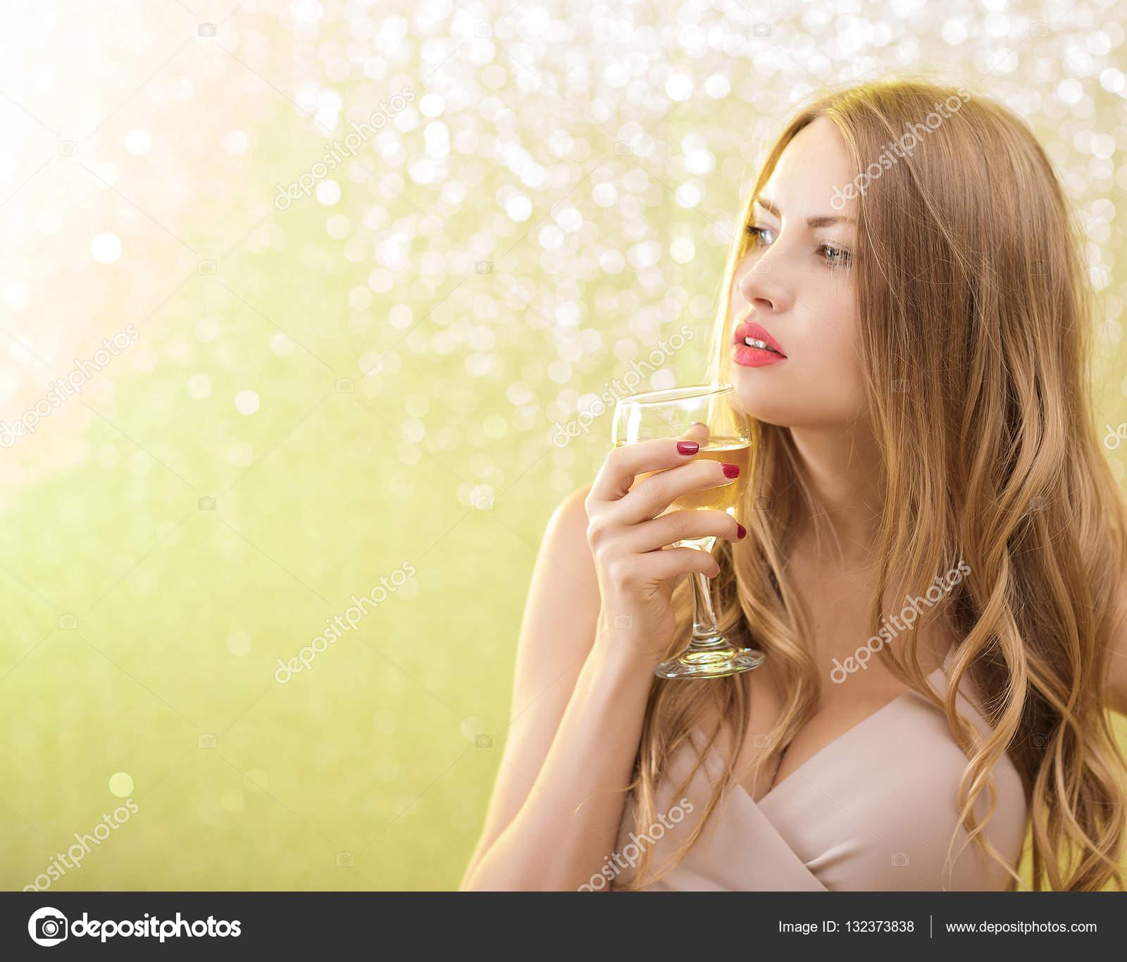 kunilingus-foto-blondinki-v-shampanskom-porno-zreliy