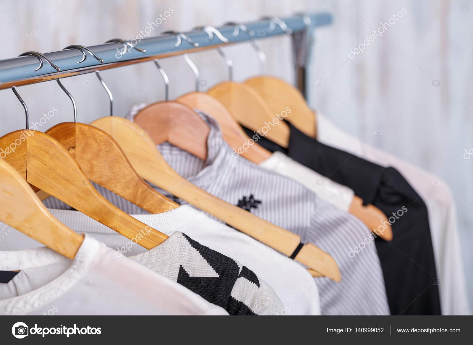 ac81bbe9e Fekete-fehér női ruhát akasztók rack Sto divat — Stock Fotó ...