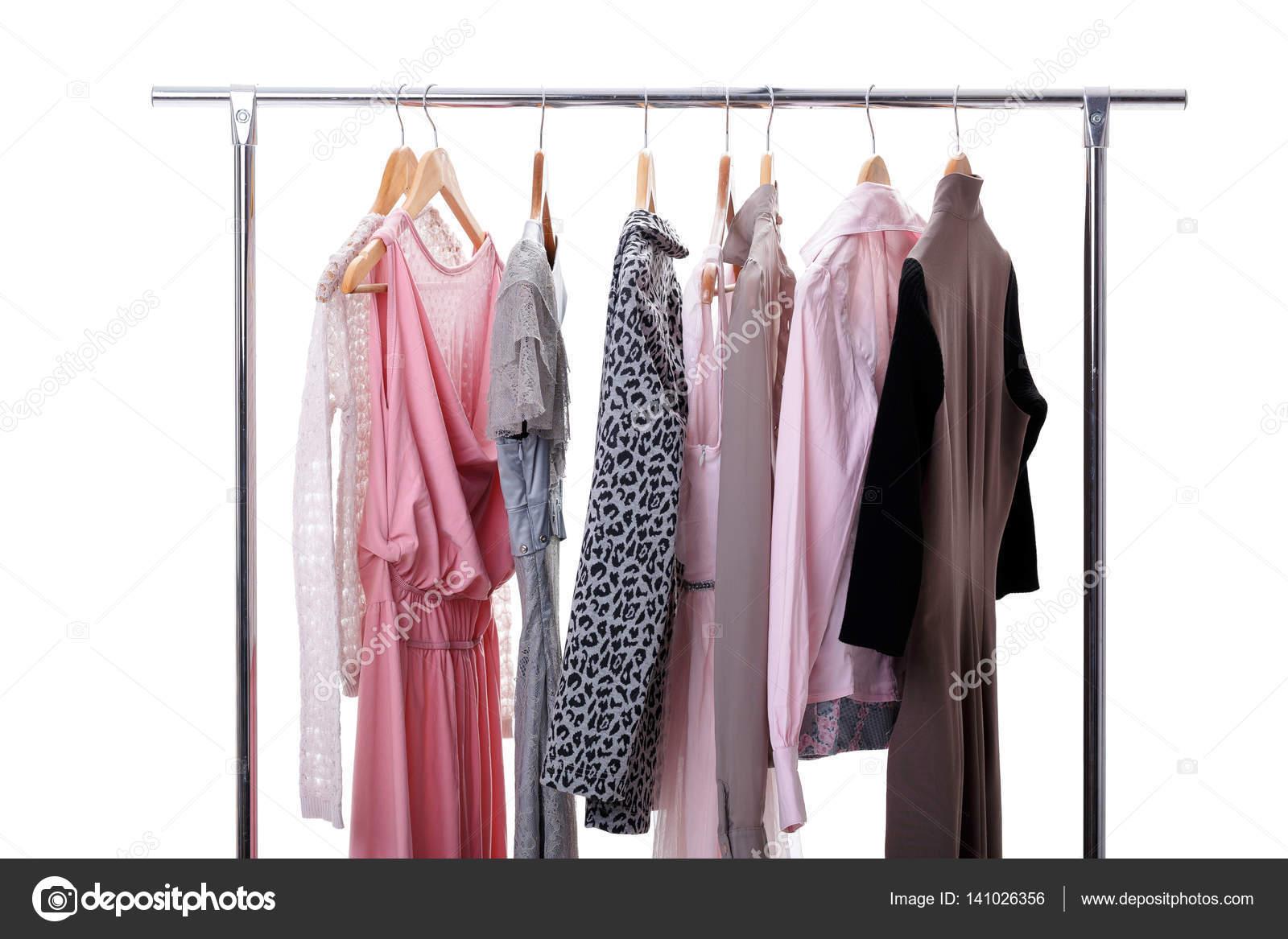 056b36fe1 Szürke, rózsaszín női ruhát akasztók, állvány, fehér háttér — Stock ...