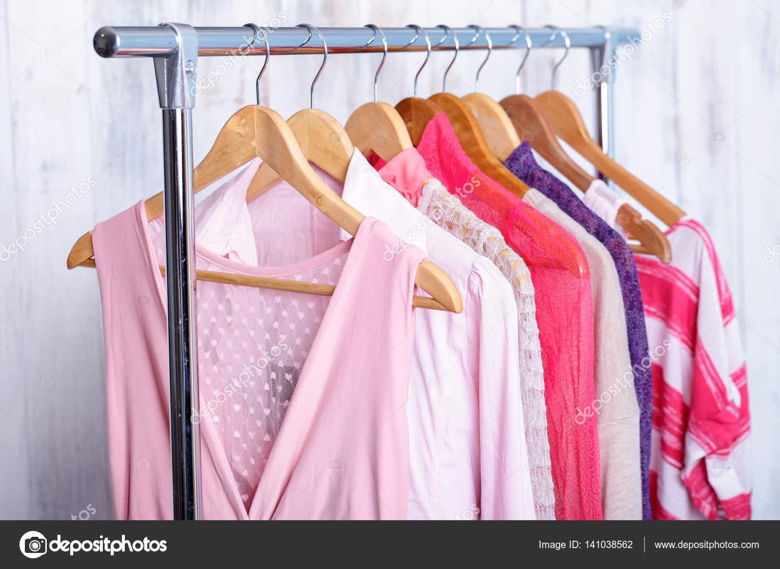 Pembe Kadin Giyim Moda Rafa Aski Uzerinde Depolamak Dolap