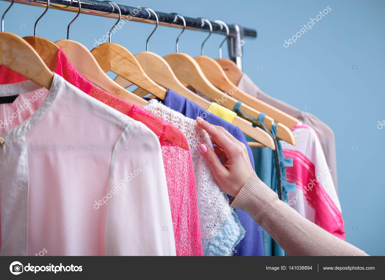 09e842df2 női kézzel választja ki a színes ruhát fa akasztók a rack — Stock ...