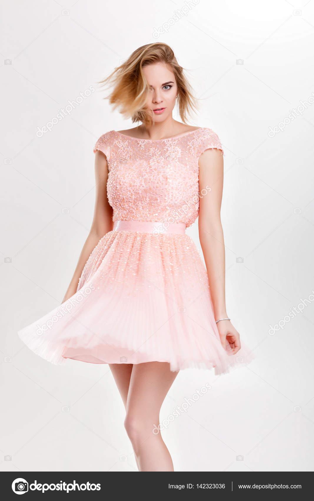 hermosa mujer rubia sensual y sexy en vestido de Cóctel rosa po ...