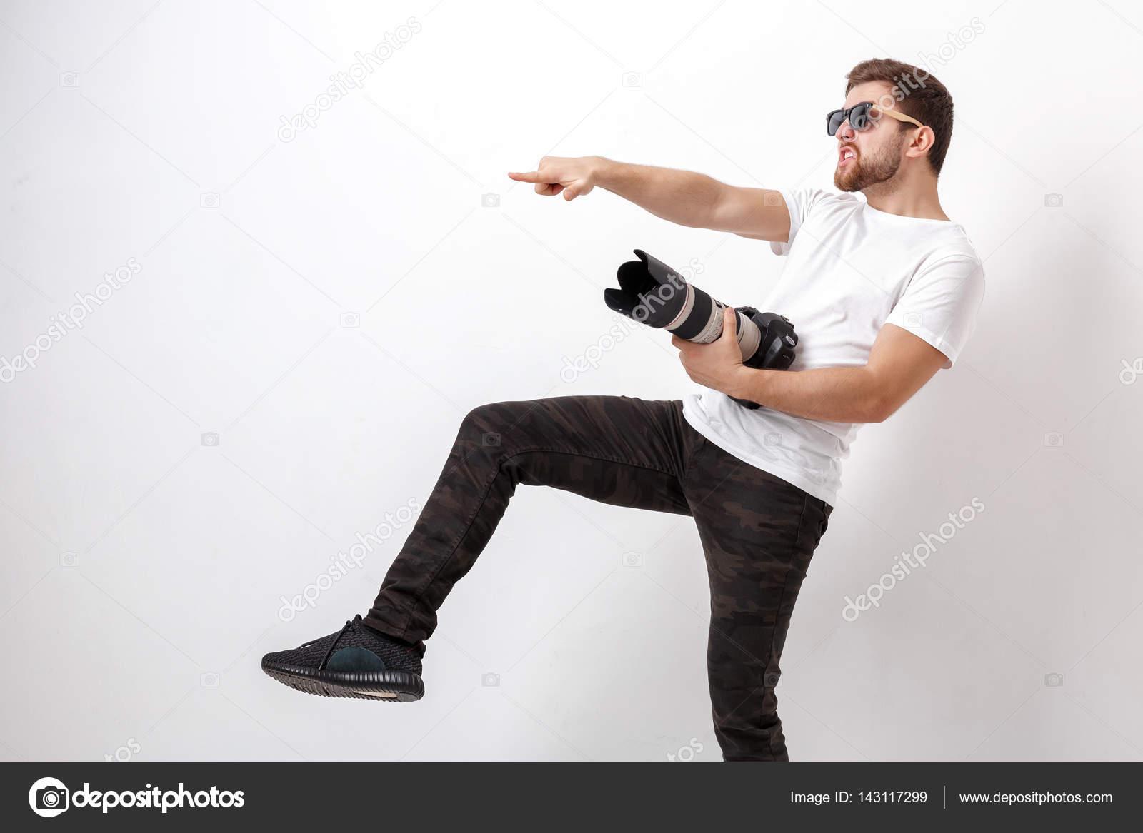 1caffe3f7b4b Fiatal profi fotós a fotózás, és használ egy digitális fényképezőgép-val  egy hosszú lencse fehér ing — Fotó szerzőtől ...