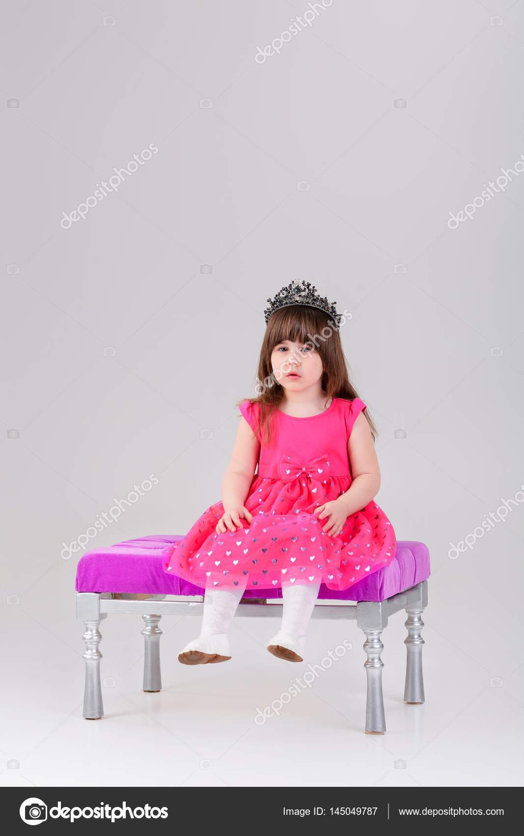 wunderschönes kleines Mädchen in rosa Prinzessin Kleid mit Krone ...