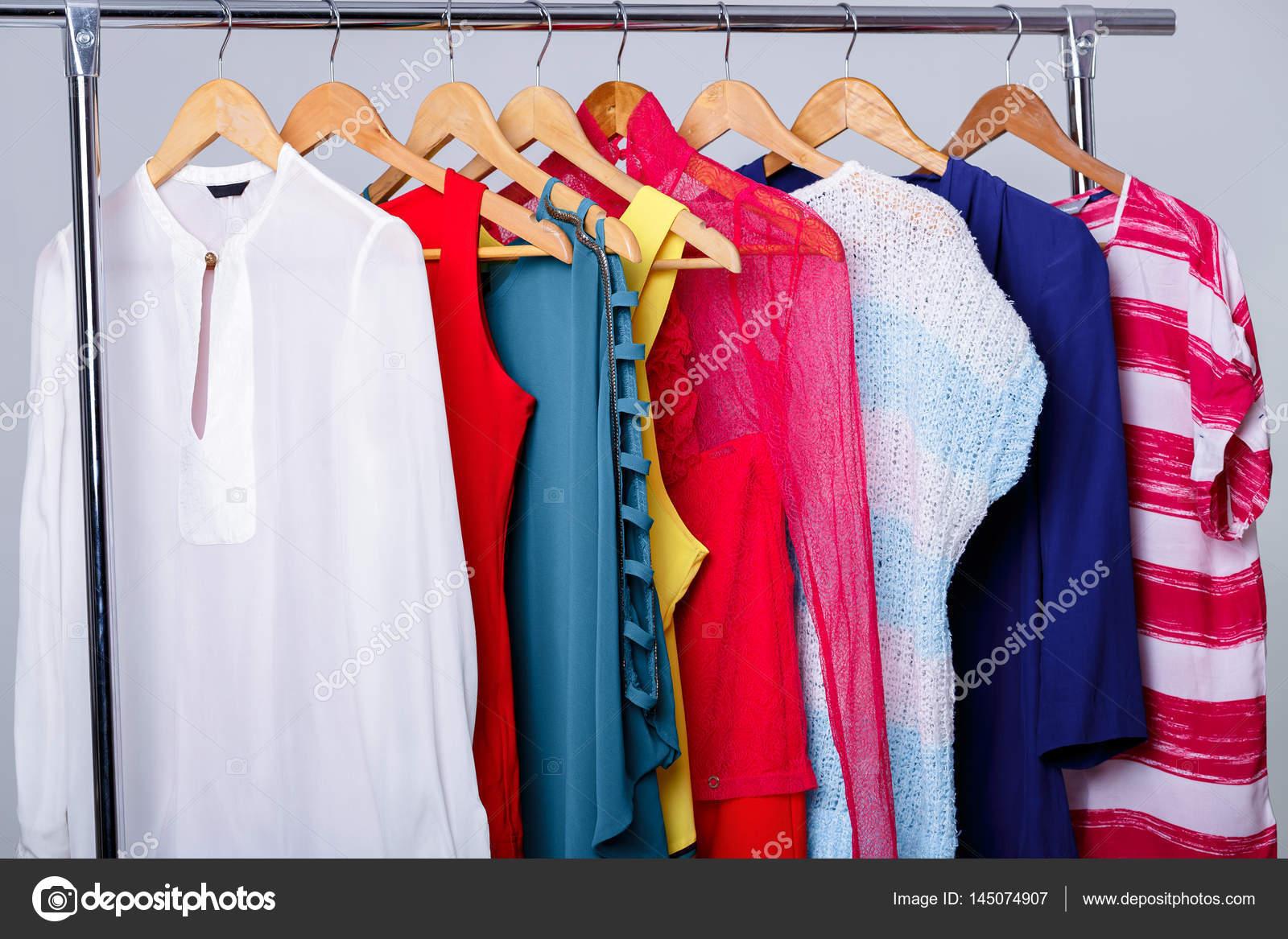 3281989e4 Színes női ruhát akasztók-állvány-szürke háttér. w — Stock Fotó ...