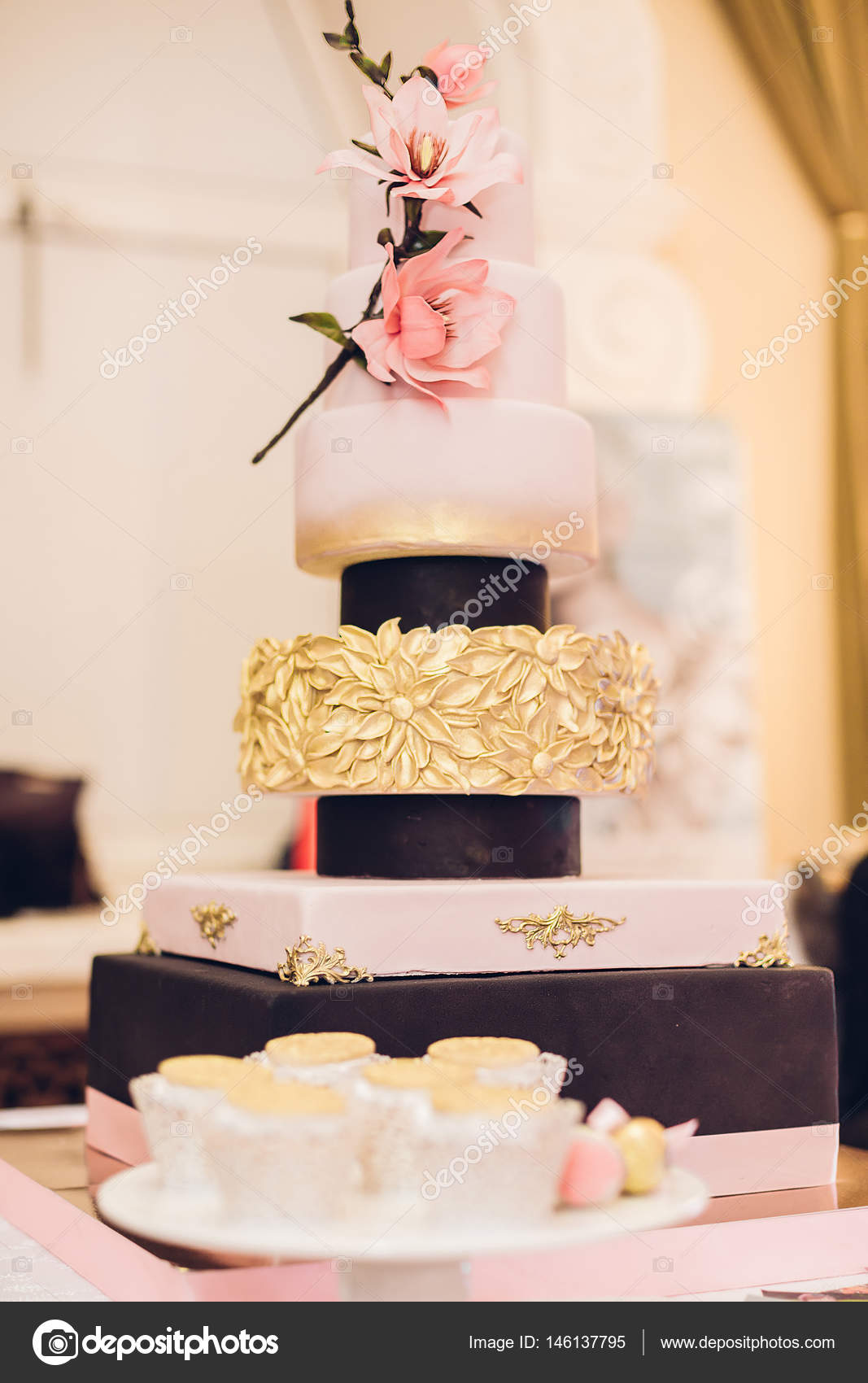 Schone Hochzeitstorte Dekoriert Mit Blumen Stockfoto C Erstudio