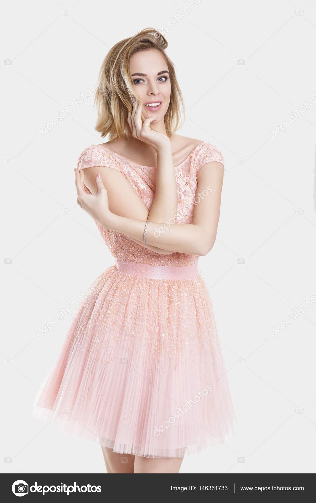 Retrato de mujer hermosa smillingl rubia en vestido de Cóctel de ...