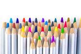 Sada různých barevných tužek na bílém pozadí