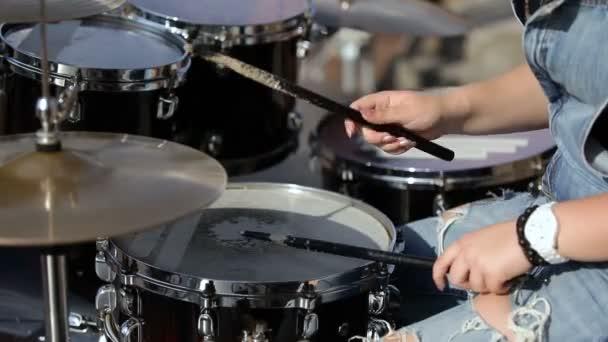 fiatal női Dobos játszik dob. közeli kép: