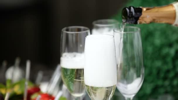 Festlichen Champagner Gießen in Gläser. Bubbles Champagner