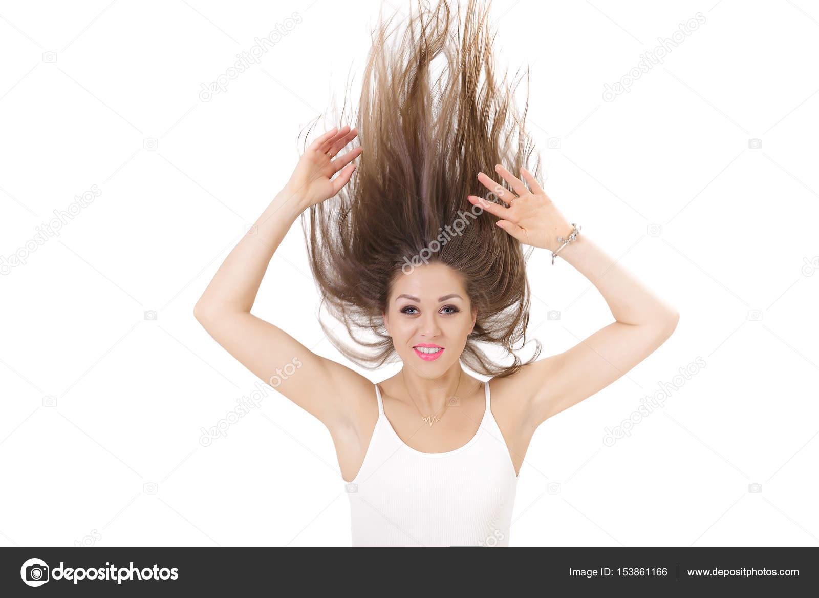 c7d94eb5b Retrato de uma mulher sorridente com cabelo levantado acima sobre fundo  branco. garota louca —