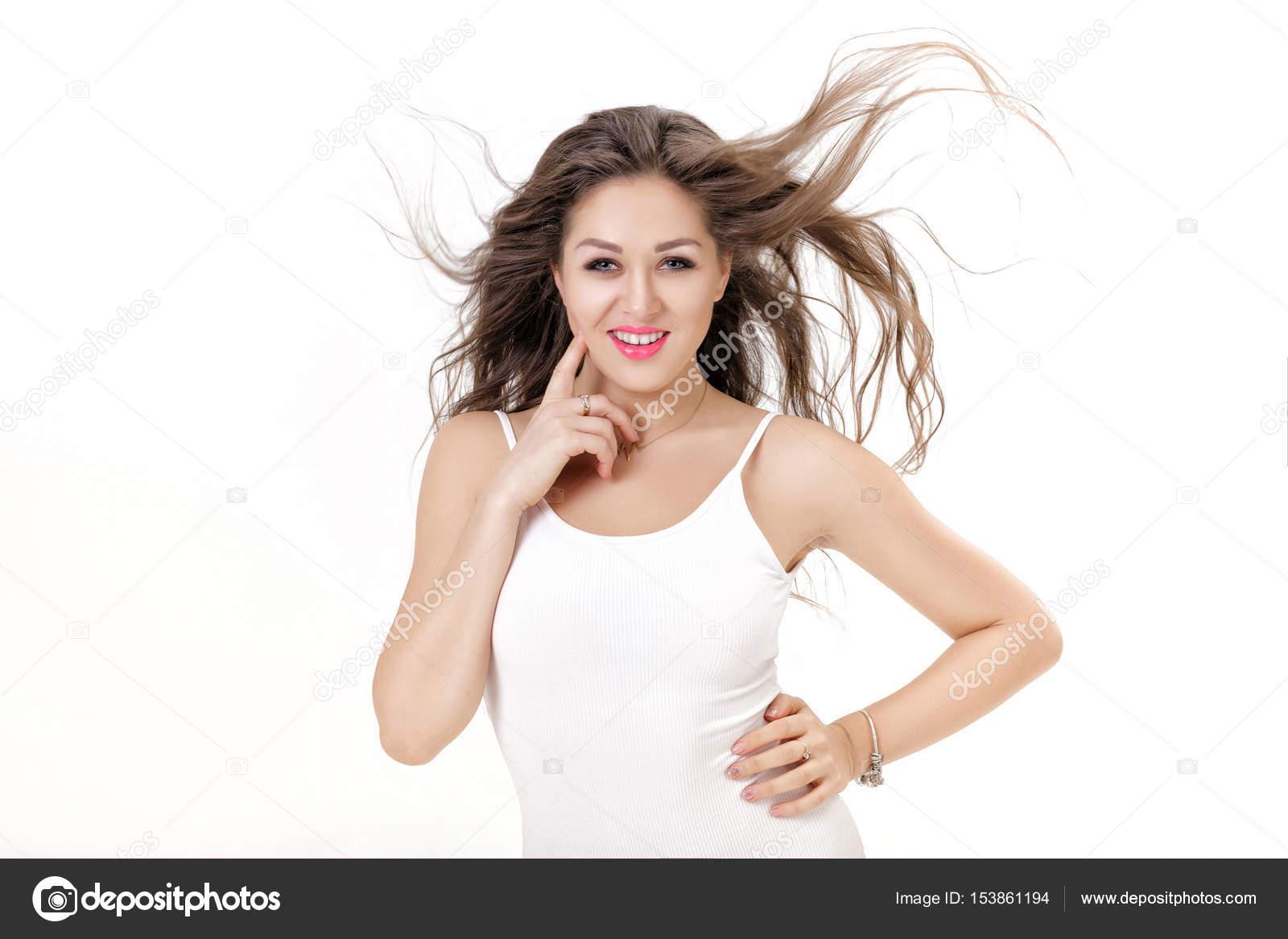 58dd10938 Retrato de uma mulher sorridente com cabelo a voar no fundo branco —  Fotografia de Stock