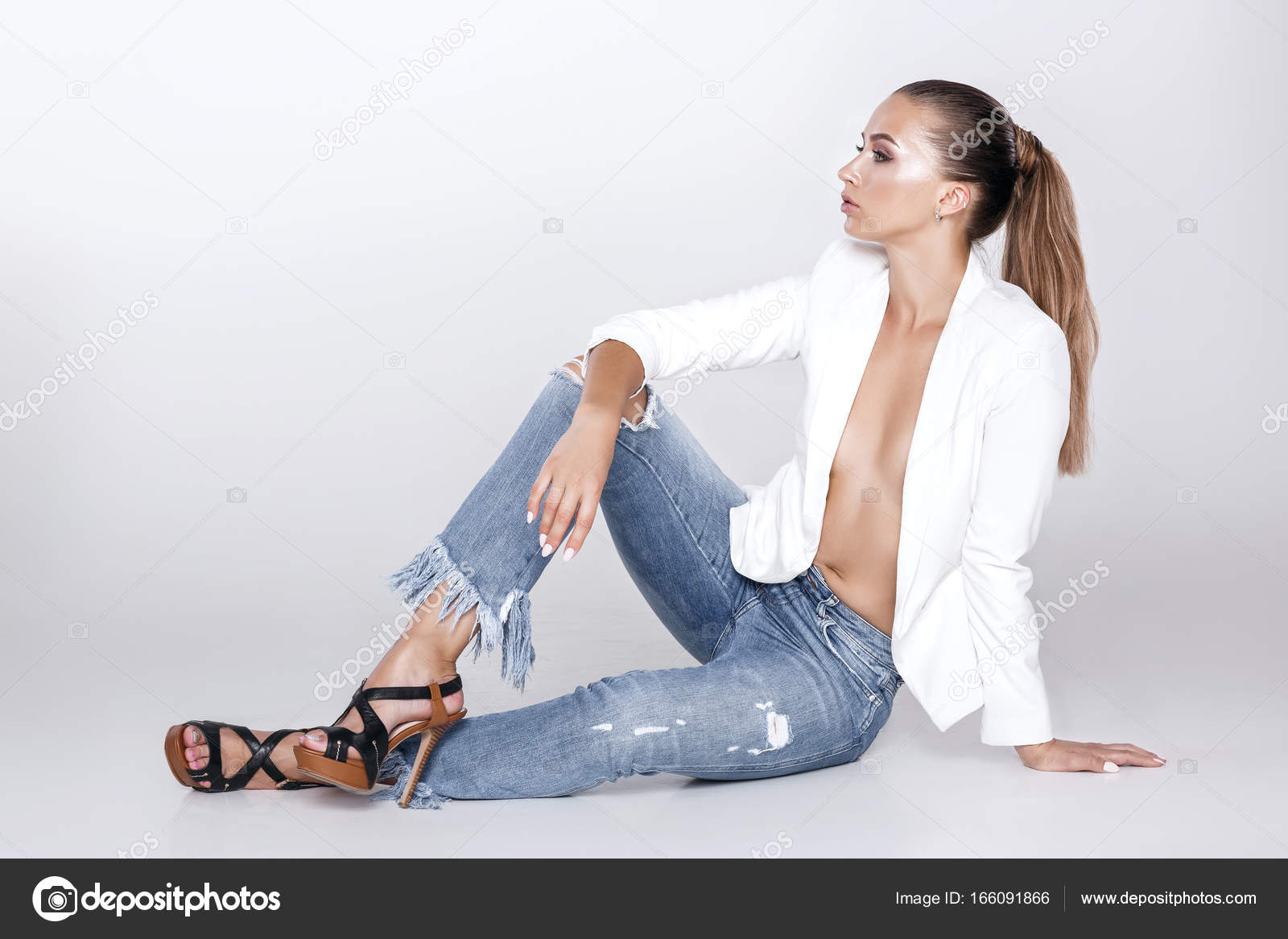 timeless design d1cc5 d1590 Bella donna sexy in jeans e giacca bianca — Foto Stock ...