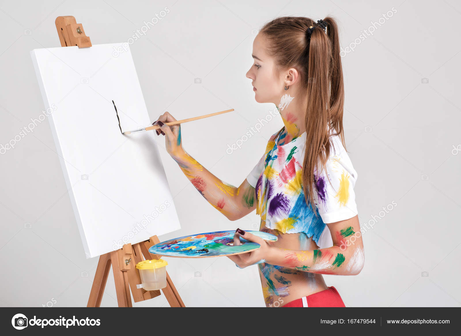 malerin die in bunte farbe beschmutzt st tzt sich auf leinwand stockfoto erstudio 167479544. Black Bedroom Furniture Sets. Home Design Ideas