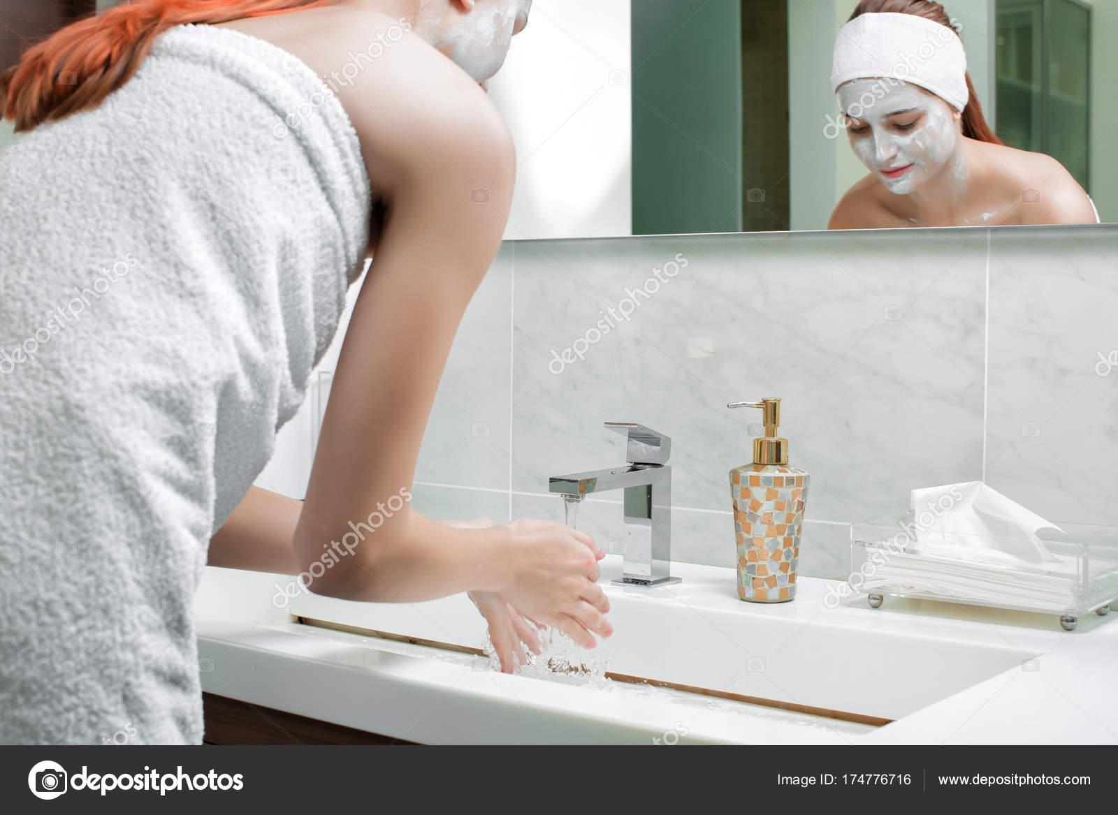 Женщина моется в ванне, порнуха спящие пьяные анал