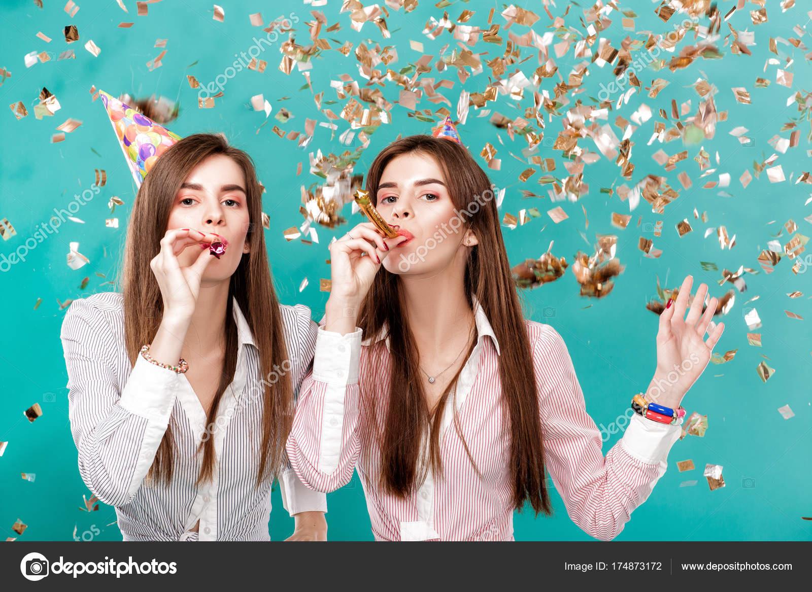Frauen In Geburtstag Hut Und Konfetti Auf Blauem Hintergrund