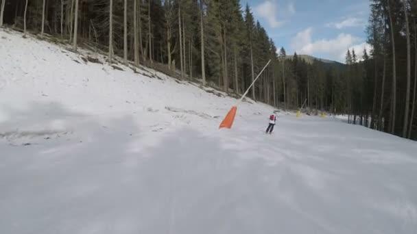 Lyžaři, lyžování na svazích dolů