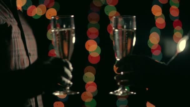 Zwei Hände mit Champagner Gläser klirren und trinken