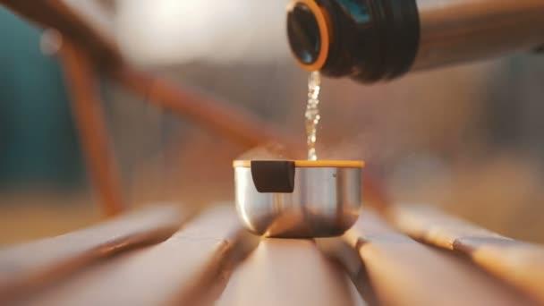 Nalil si šálek čaje z termosky