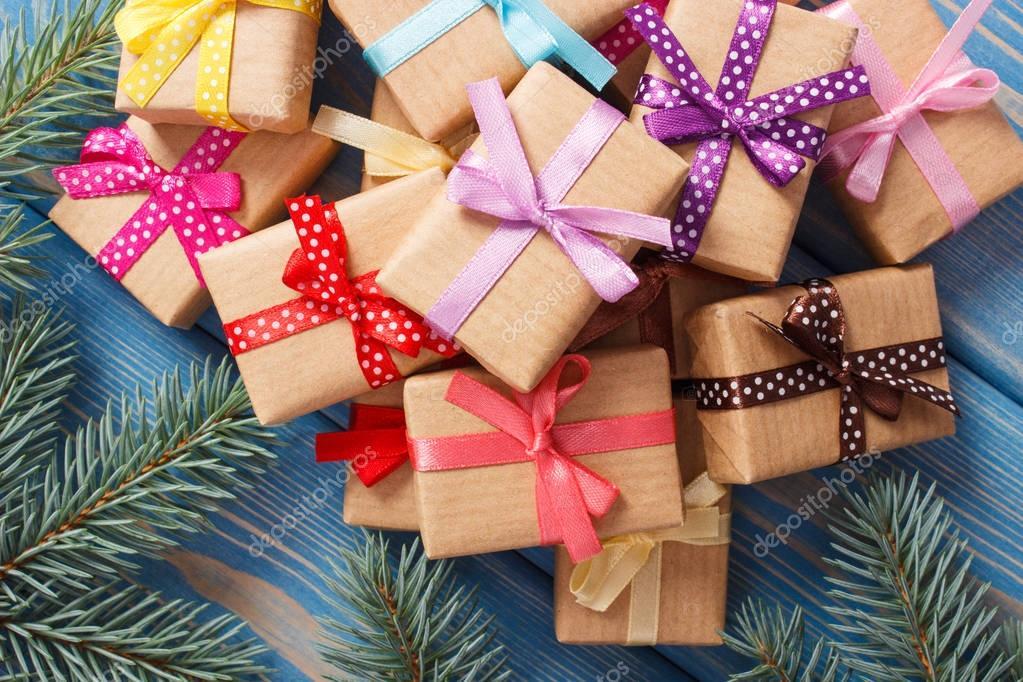 Regalos Envueltos Con Cintas De Colores Para Navidad Y Ramas De