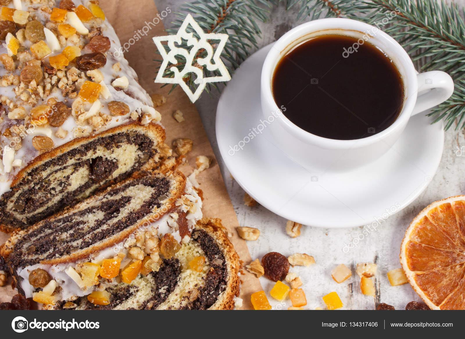 mohn kuchen tasse kaffee und fichte zweige dessert zu. Black Bedroom Furniture Sets. Home Design Ideas