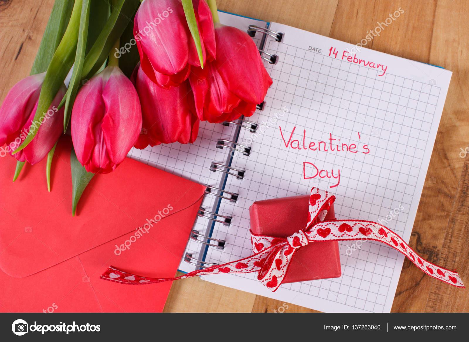 Valentinstag in Notebook geschrieben, lieben frische Tulpen, Brief ...
