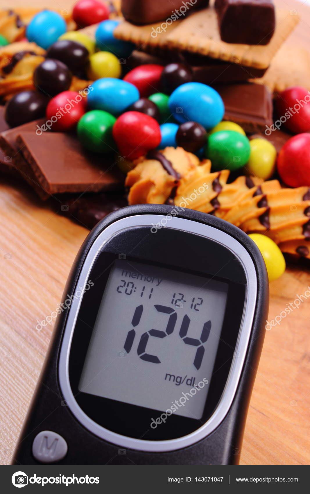 Zuckermessgerät Mit Haufen Von Süßigkeiten Auf Hölzernen Oberfläche