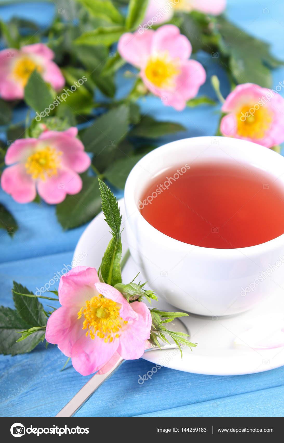Tasse de thé chaud avec des fleurs roses et fleurs sauvages bleu conseils —  Image de ratmaner d512b5d94f5