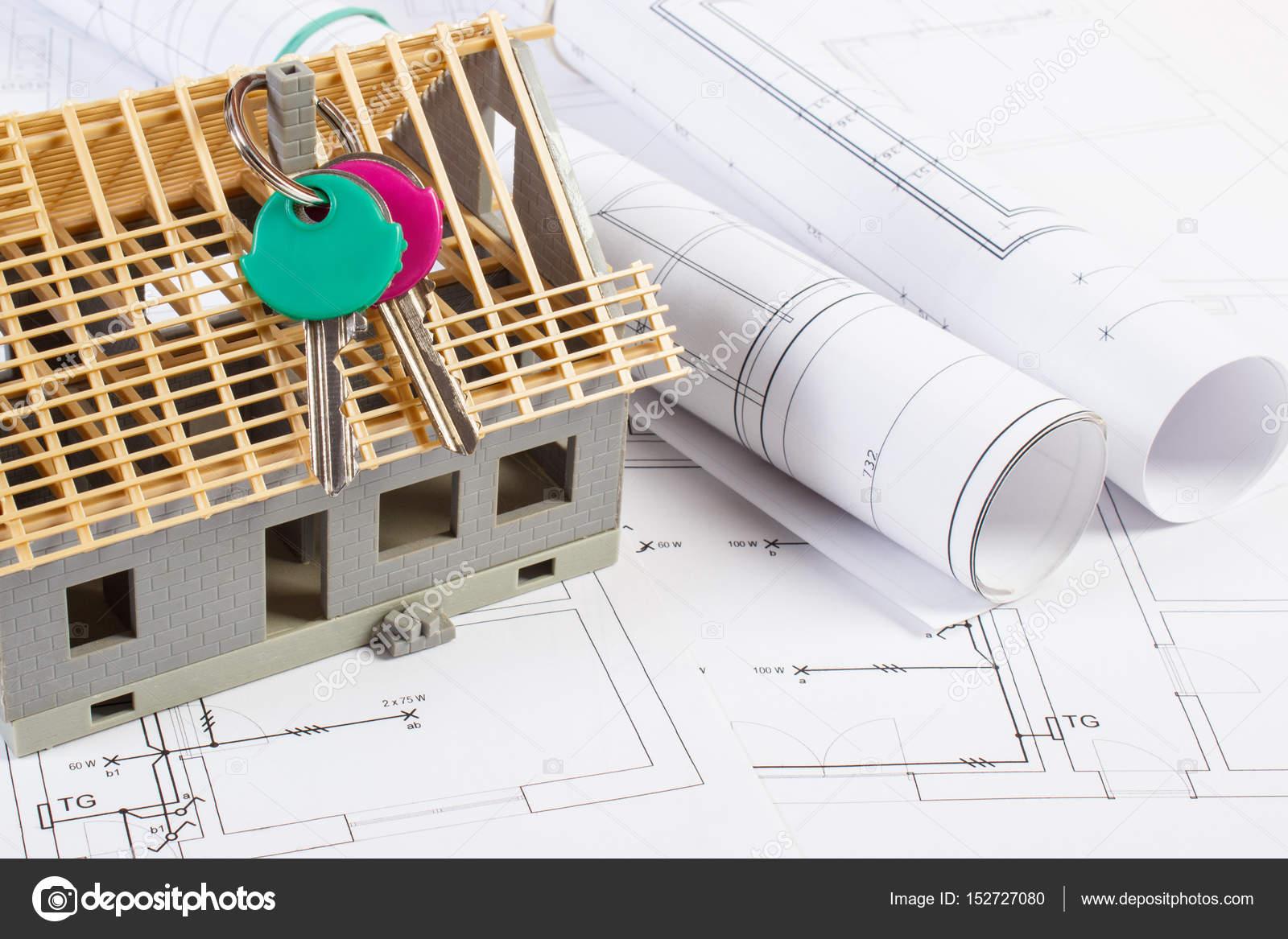 Elektrische Zeichnungen, Haus Schlüssel Und Kleines Haus Im Bau, Konzept  Des Gebäudes Nach Hause