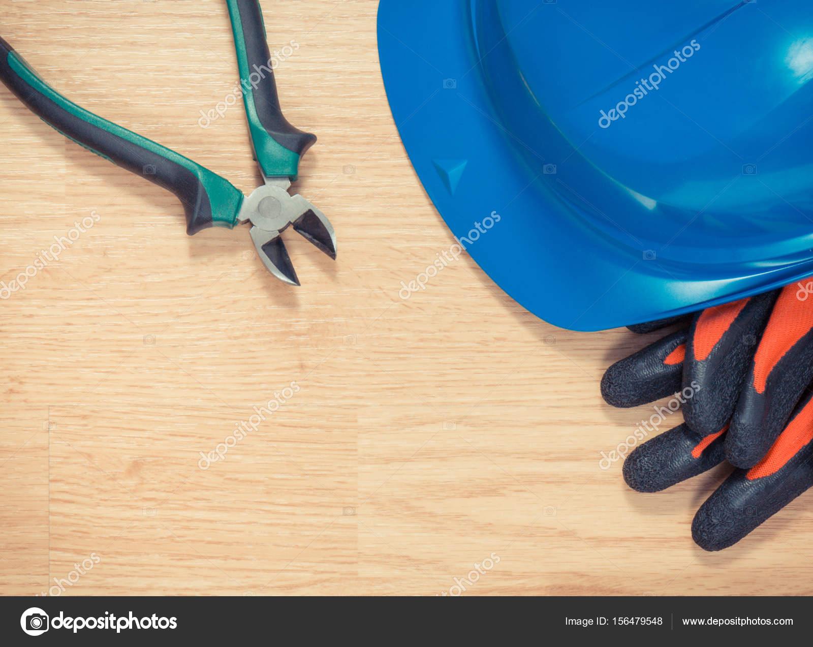 70b6a33bc2835 Casque de protection bleu avec des gants et une pince métallique,  accessoires pour les travaux de l'ingénieur– images de stock libres de  droits