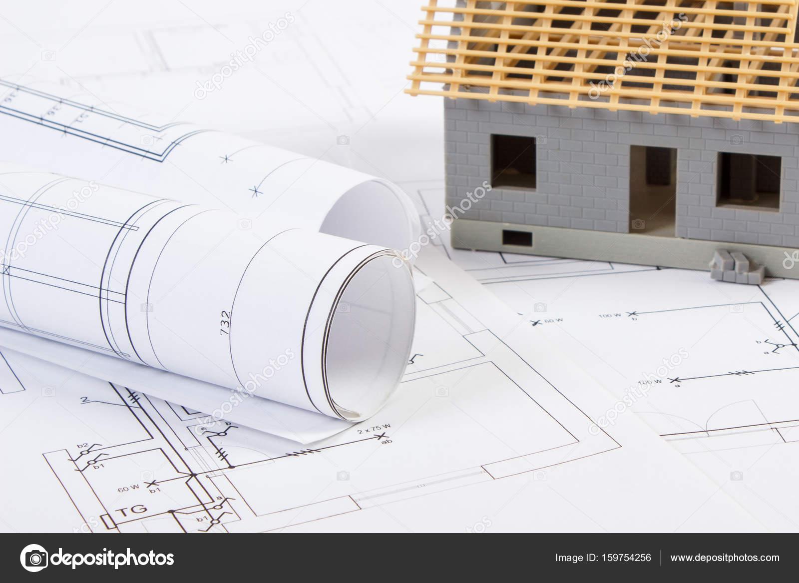 Elektrische Zeichnungen, Diagramme Und Kleines Haus Im Bau, Konzept Des  Gebäudes Nach Hause U2014