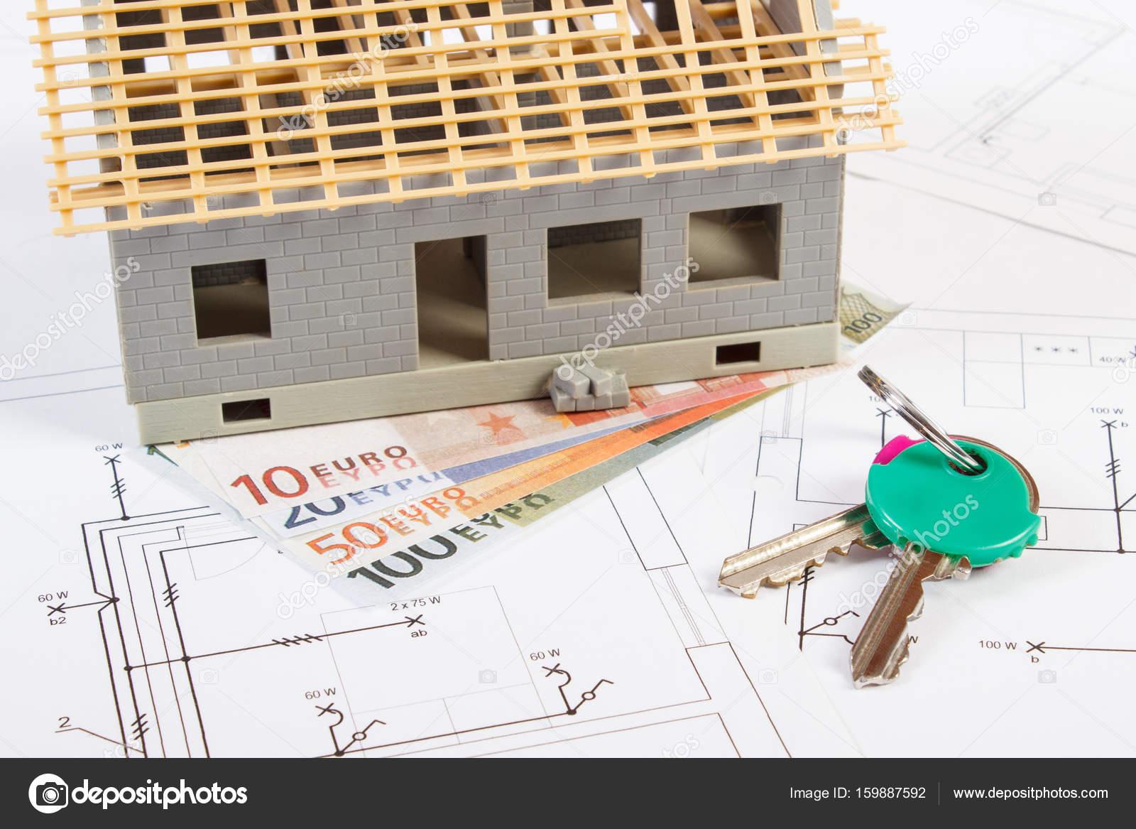 Kleines Haus Unter Konstruktion, Schlüssel Und Währungen Euro Auf  Elektrische Zeichnungen Für Projekt Kosten Gebäude