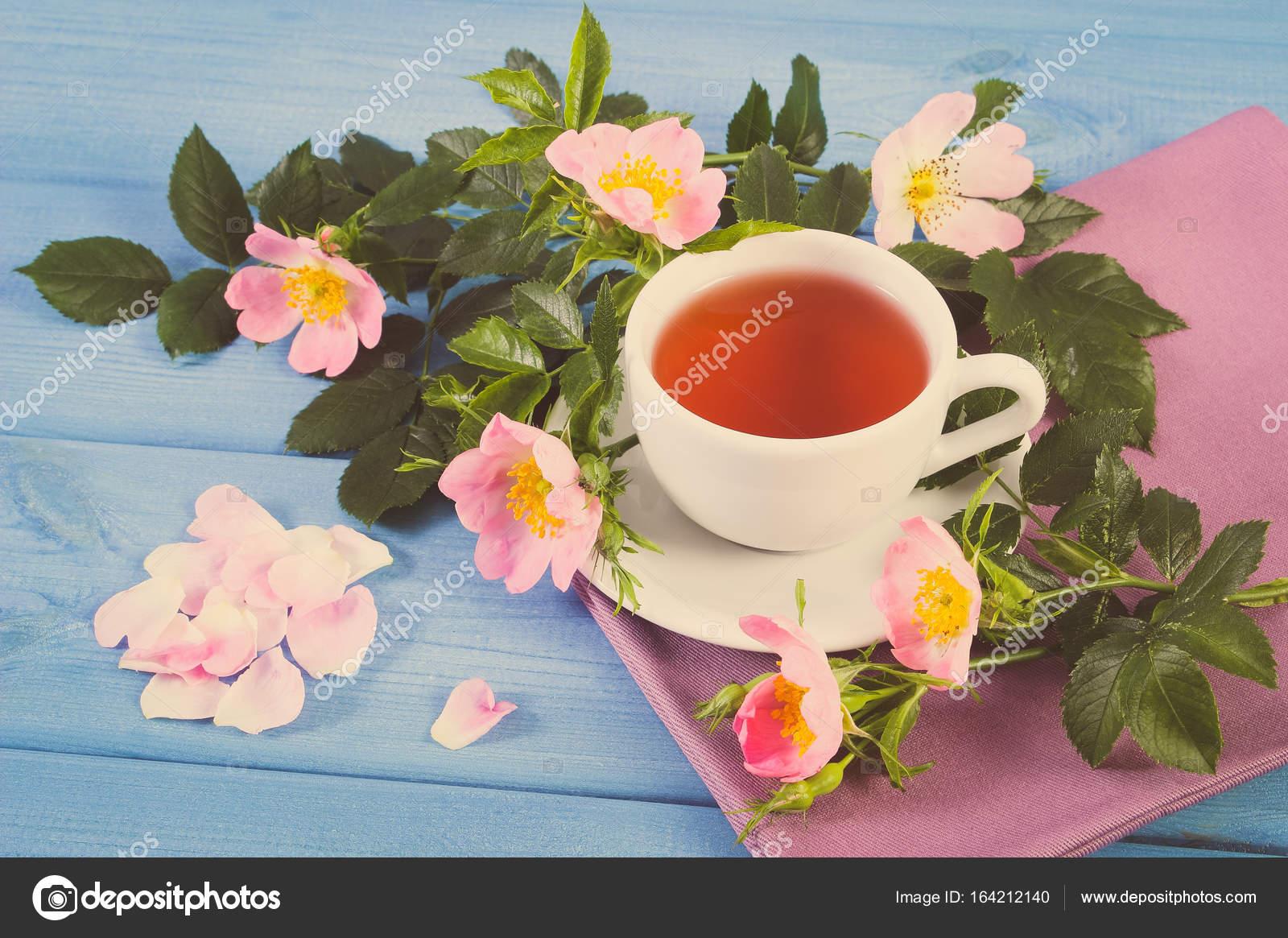 Vintage photo, tasse de thé chaud et sauvage fleur rose bleu conseils —  Photo 937bd60ed2b