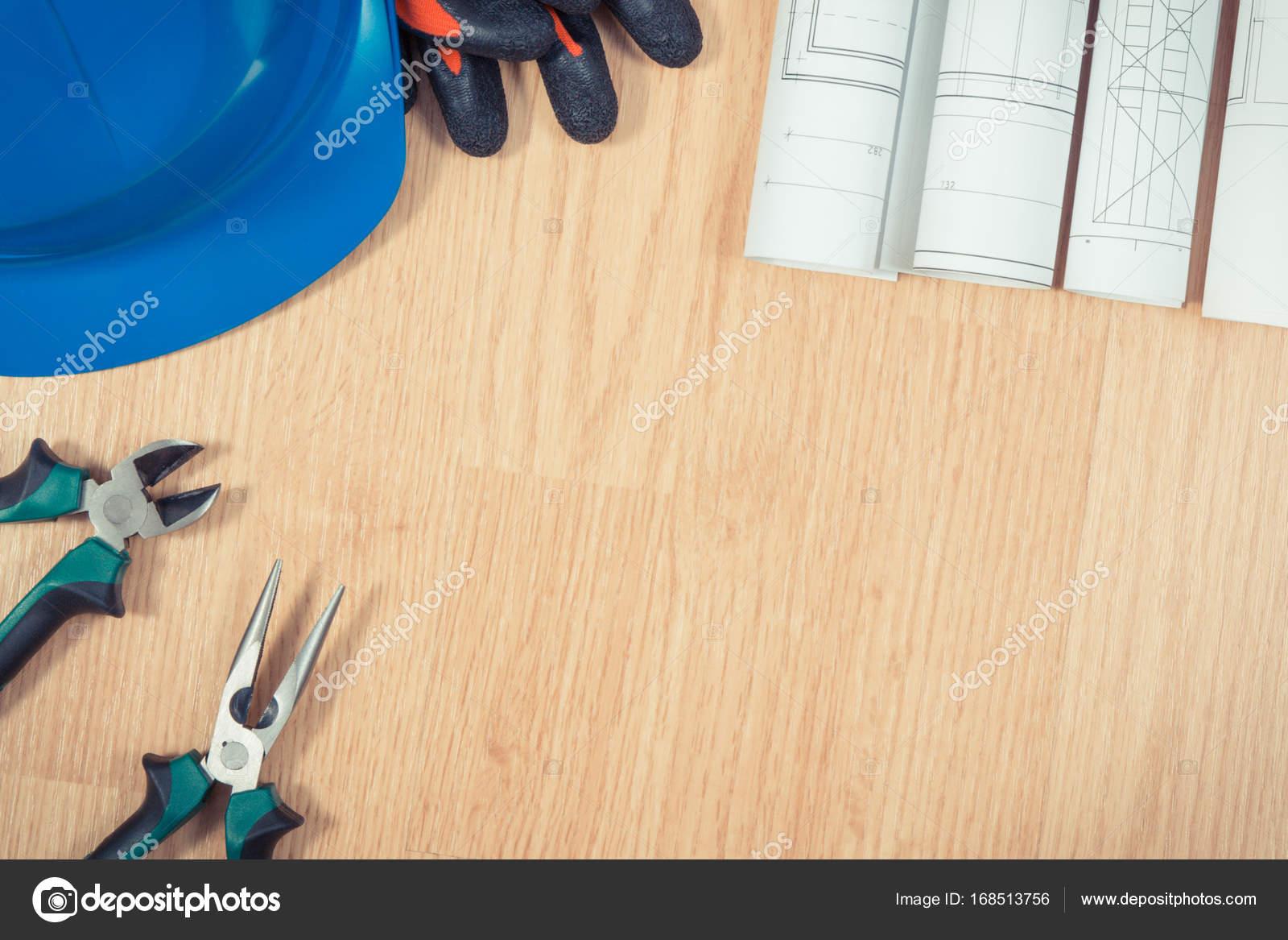 e8f9678a4f5f6 Diagrammes et dessins de construction électrique, casque de protection bleu  avec des gants et une pince métallique, accessoires pour les travaux de ...