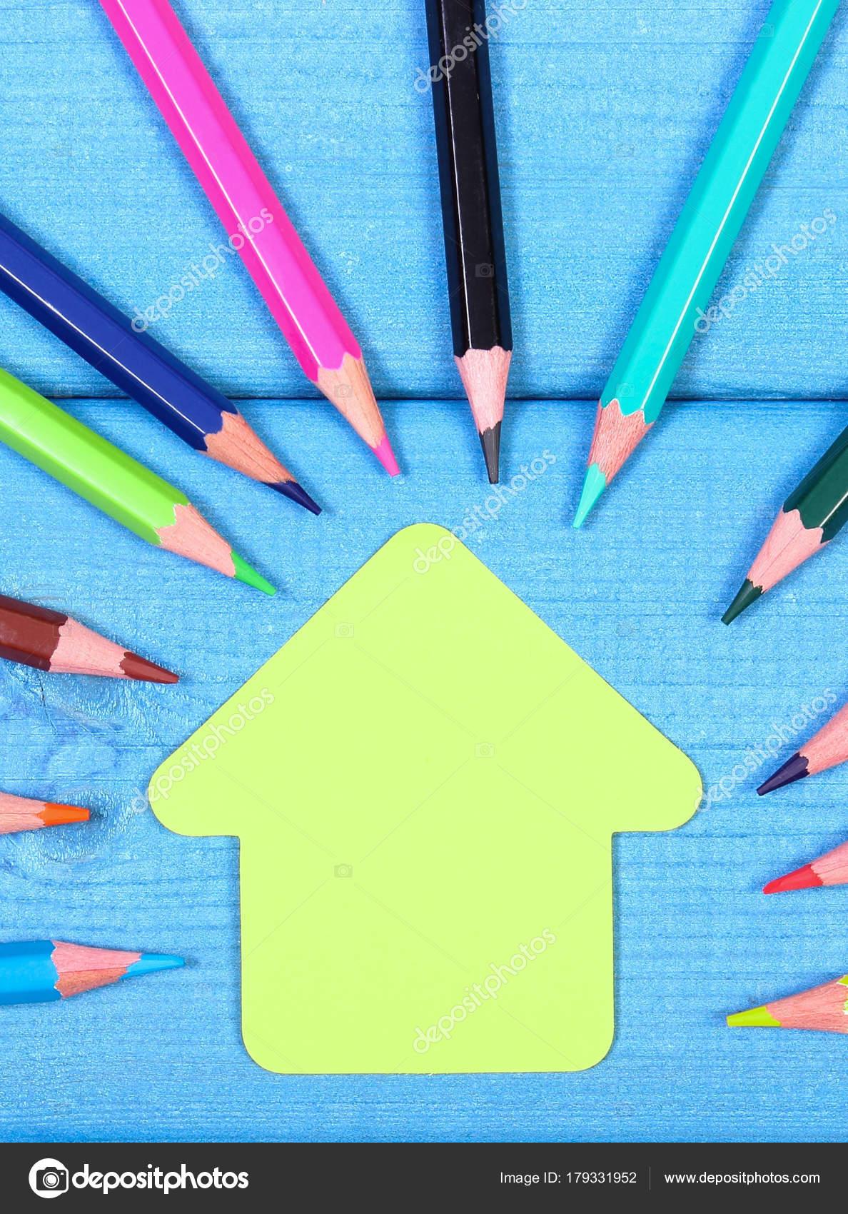 40fdc28805 Πολύχρωμα μολύβια και το σχήμα του σχολικό κτίριο σε μπλε πίνακες ...