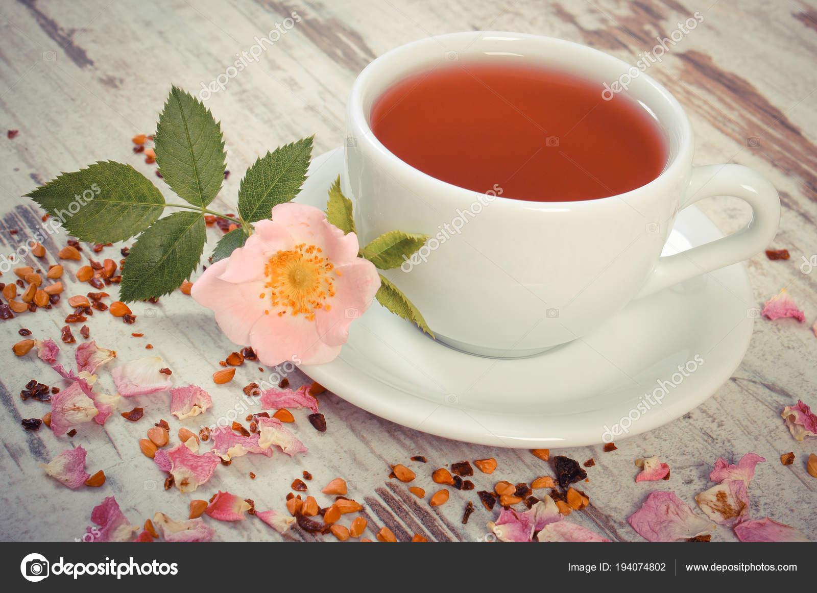 Vintage photo, tasse de thé avec une fleur rose sauvage sur ancien Conseil  rustique — 128f6aff0f7