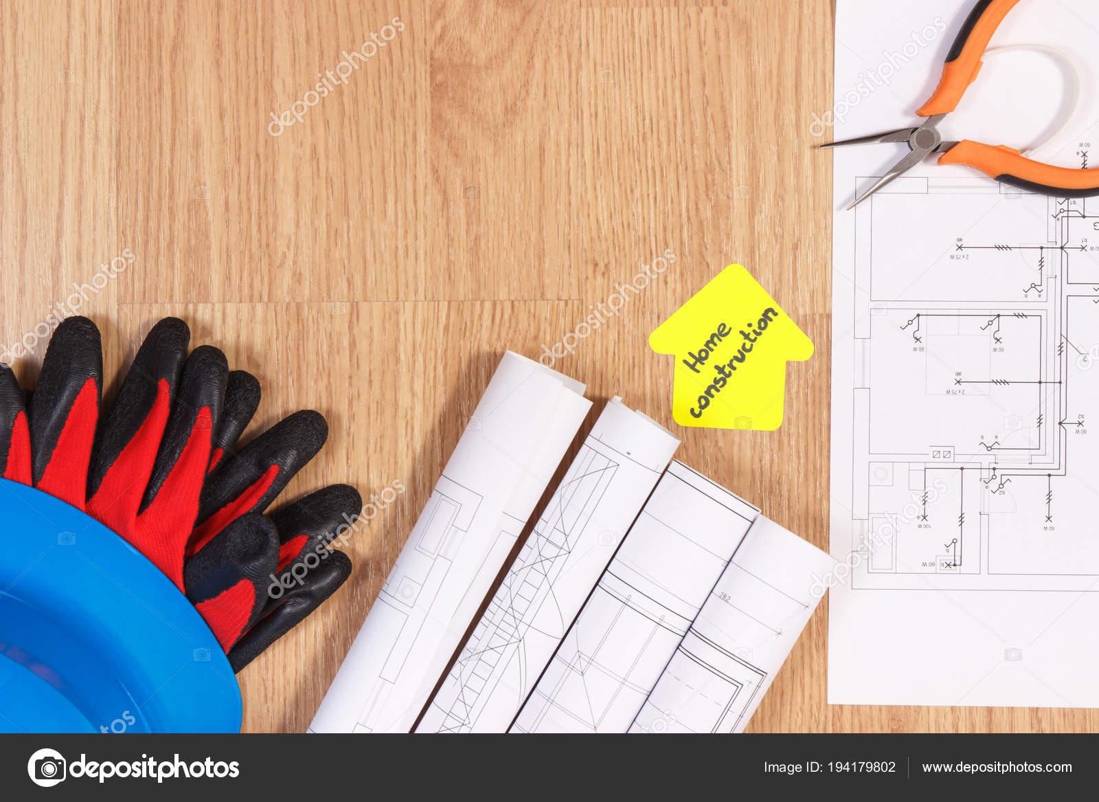 413f5a2fbd2f2 Casque de protection bleu avec gants, pinces métalliques, schémas ou  dessins de construction électrique et papier jaune en forme de maison avec  la ...