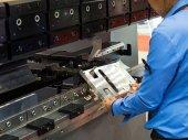 operátor ohýbání kovu list podle listu ohýbací stroj